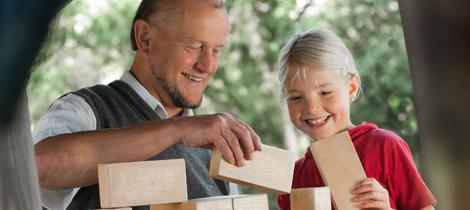 Mann baut mit Kind einen Turm